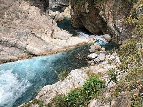 Độc lạ: Suối muối nằm sâu trong núi