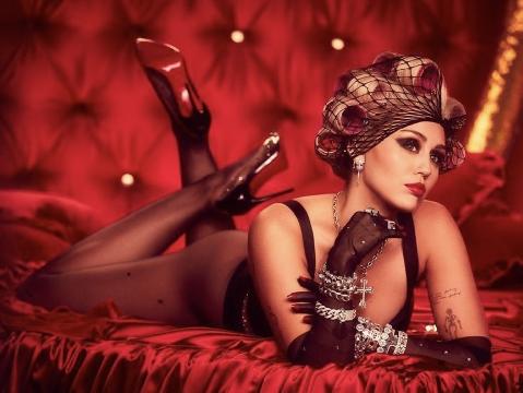 Nóng mắt ngắm Miley Cyrus lột xác thành ''nữ hoàng giường ngủ''