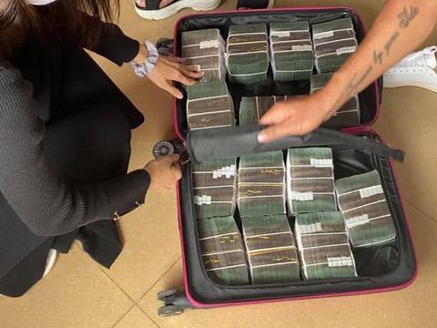 Thủy Tiên mang vali tiền đi cứu trợ miền Trung đợt 2