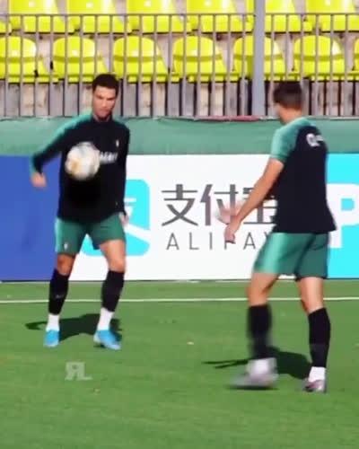 Ronaldo dạy cho Joao Felix biết thế nào là đỉnh cao kỹ thuật