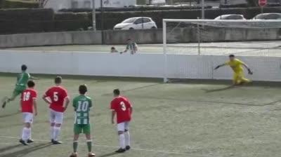 Thủ môn cản phá penalty theo cách lạ lùng nhất thế giới