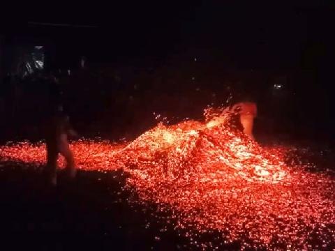 Nghi thức đi trên đám than đang cháy để trừ tà ma ở Trung Quốc