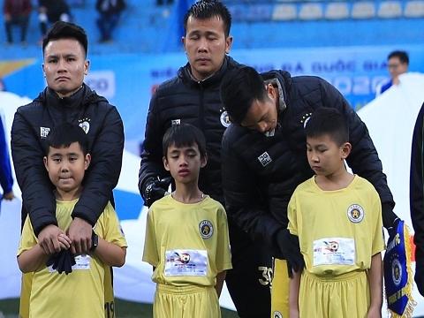 Quang Hải, Đức Huy và các cầu thủ Hà Nội FC giữ ấm cho các bạn nhỏ