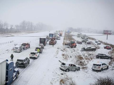 Ôtô gặp tai nạn trên đường phủ đầy tuyết
