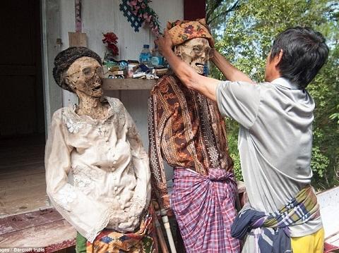 Bộ tộc sống chung với người chết cả năm ở Indonesia