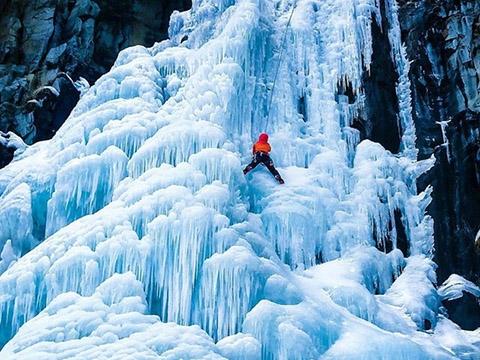 Ngạc nhiên với thác nước đóng băng đẹp như trong phim