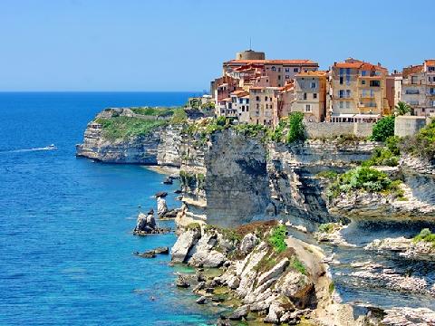 Thị trấn xinh đẹp nằm trên vách đá vôi dựng đứng