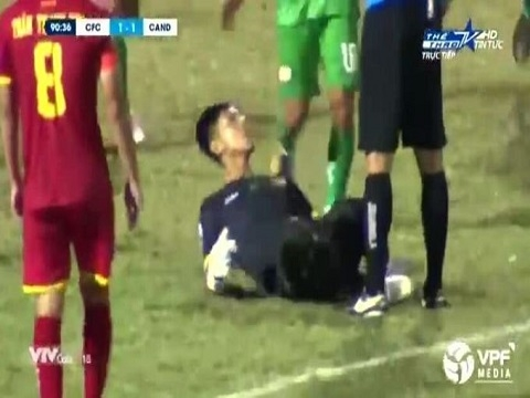 Pha ăn mừng 'phản cảm' của thủ môn Cần Thơ với trọng tài