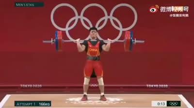 Đô cử Trung Quốc đứng một chân khi đẩy 166 kg tạ