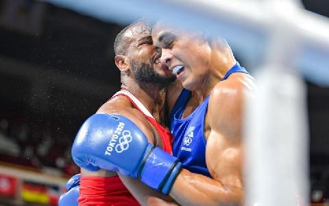 Võ sĩ tái hiện vụ Mike Tyson cắn tai ở Olympic