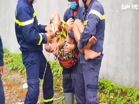 Giải cứu người đàn ông nghi 'ngáo đá', cầm mỏ lết trèo lên nóc nhà la hét