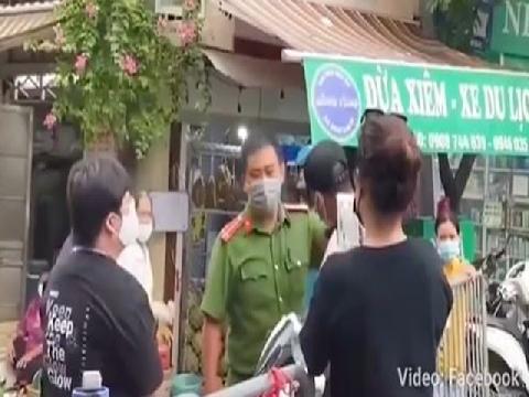Hà Nội- Cặp vợ chồng gây rối đòi 'thông chốt' kiểm dịch, còn livestream lên mạng