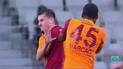 Cầu thủ Galatasaray húc đầu, đấm đồng đội