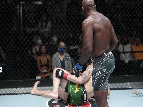 Khalil Rountree Jr đá vỡ đầu gối đối thủ Modestas Bukauskas